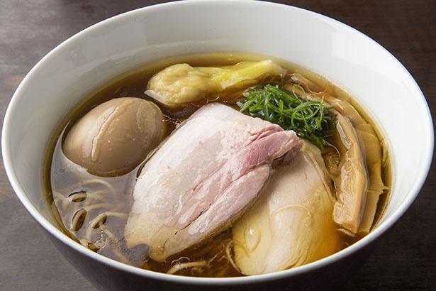 かつて横浜にあった「麺や 維新」をリスペクトした一杯。ワンタンは2つ、豚チャーシュー1枚、鶏チャーシューは2枚と豪華なトッピングも見逃せない
