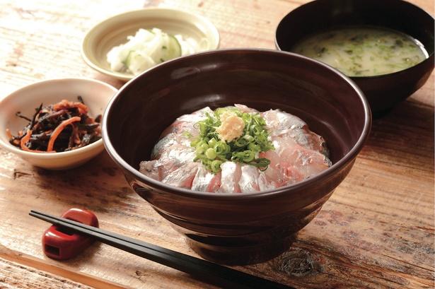 味噌汁と小鉢が付く「内浦漁協直営 いけすや」の「活あじ丼」