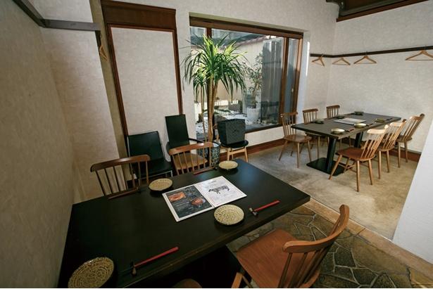 小さな庭園を見ながら食事できるテーブル席は2卓 / 博多店屋町 ゾノブリアン