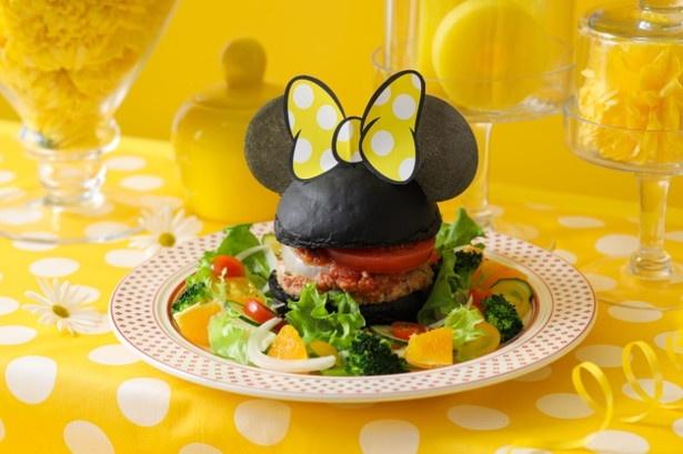 【写真を見る】気になるメニューチェック!ミニーマウスのシルエットがかわいい「チアフルバーガー」(1990円) ※画像はイメージ