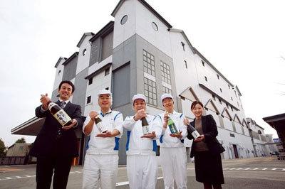 工場長の仲さん(中央)や広報の片岡さん(左端)たちが、灘五郷にある白壁蔵で迎えてくれるぞ! 非公開の酒造りを見学できるチャンスだ