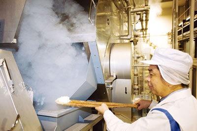 洗米を蒸す蒸きょう。湯気がすごい