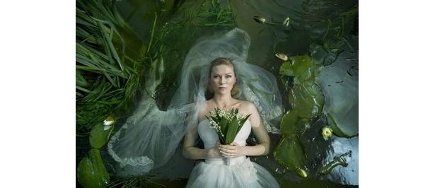ラース・フォン・トリアー監督作品『メランコリア』。主演のキルスティン・ダンストは女優賞を獲得した