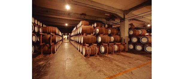 樽が並ぶ貯蔵庫。蒸留所開設当時の樽は見もの