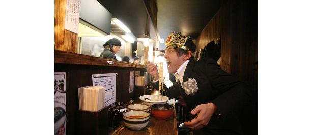 """「『つぼや』の関西上陸が、""""麺六""""に火をつけたんや!」と、麺をすするつけ麺王子=てつじ"""