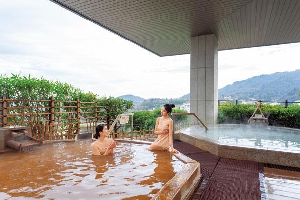2272平方メートルの広さを誇る展望大浴苑「雲海」の露天風呂。金泉、銀泉が楽しめる。 ※撮影のため特別にバスタオルを着用/有馬グランドホテル
