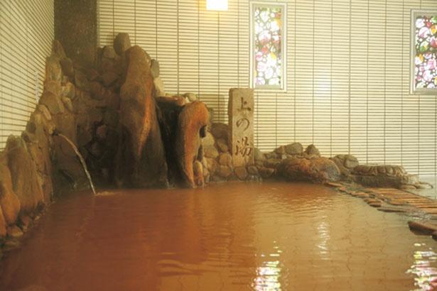 【写真を見る】大浴場には有馬を代表する名湯の金泉と、白湯の2つの風呂がある。檜露天風呂ではもう一つの名湯の銀泉も楽しめる/有馬御苑
