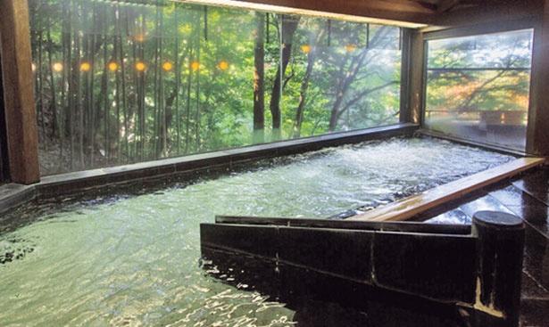 森に囲まれた湯殿「八角堂」。元湯ならではの豊富な湯量を生かし、1日2回お湯を入替。かけ流しの源泉が楽しめる/有馬温泉・元湯 古泉閣