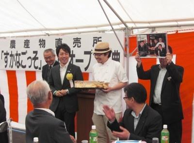 小泉進次郎議員発案の「すかなごっサンド」をお披露目