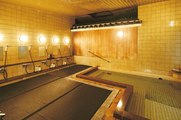 ホテル内にある大浴場の洗い場はリラックスできる畳敷き/城崎温泉 湯楽 Yuraku Kinosaki Spa&Gardens