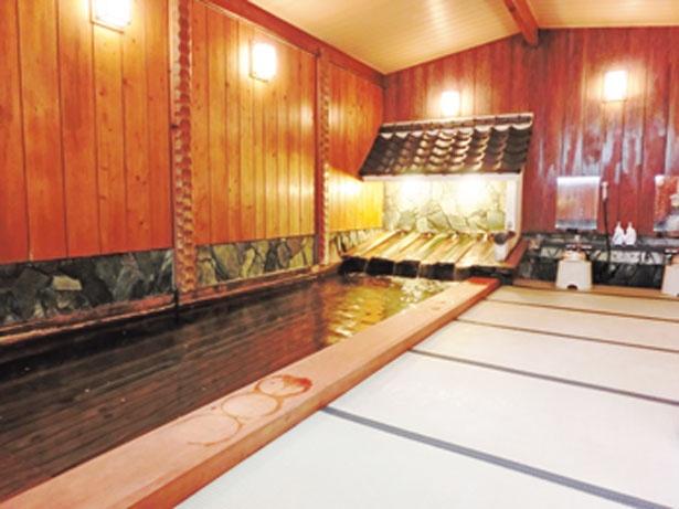 【写真を見る】松、マキ、ヒノキで造られた大浴場「樹齢の湯」/千年の湯 古まん