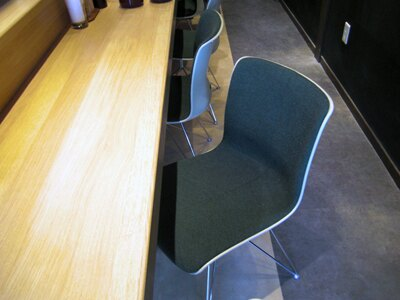 椅子は柳宗理デザイン「コトブキ60(コトブキロクマル)」