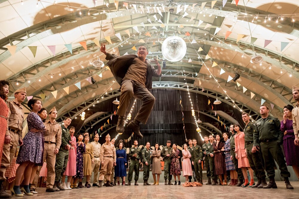 映画は韓国の捕虜収容所を舞台に、タップダンスに情熱を燃やす者たちの姿を描いていく