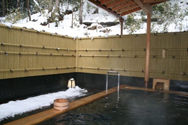 【写真を見る】冬に楽しめる雪見風呂/民宿 大原山荘