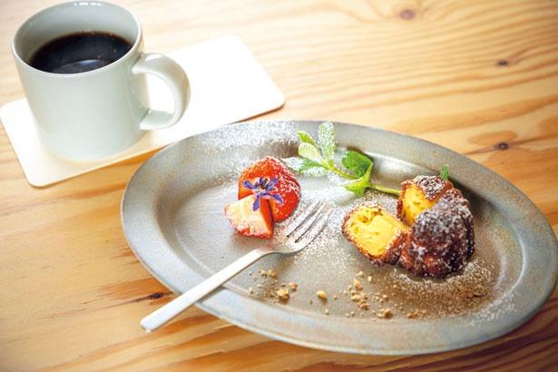 ブラジル産有機豆ノッソセニューラのコーヒー(500円)と、表面はカリッと、中はしっとりのカヌレ(300円)/KULM