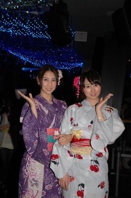 「天の川イルミネーション」の点灯式に登場したAKB48の小林香菜さんと近野莉菜さん。ひと足早い浴衣姿で現れた