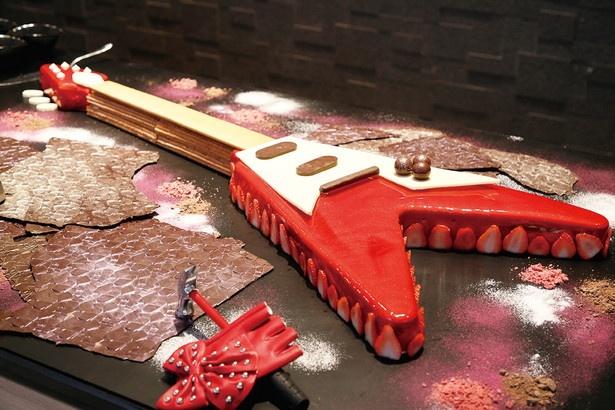 【写真を見る】本物のギターのような質感のスイーツ「ストロベリーメタル・ギター」は、盛り付けパフォーマンスも要チェック!