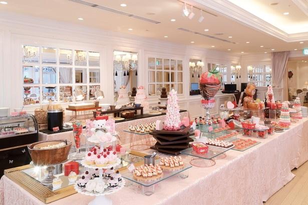 バルーンでデコレーションされた、パーティ会場のような店内にはフォトスポットがいっぱい!フレッシュないちごの香りと甘いチョコレートの香りが漂う