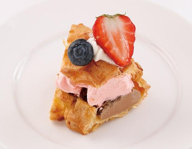 「いちごのパリブレスト」は、2種類のなめらかなクリームにチョコクランチがベストマッチ