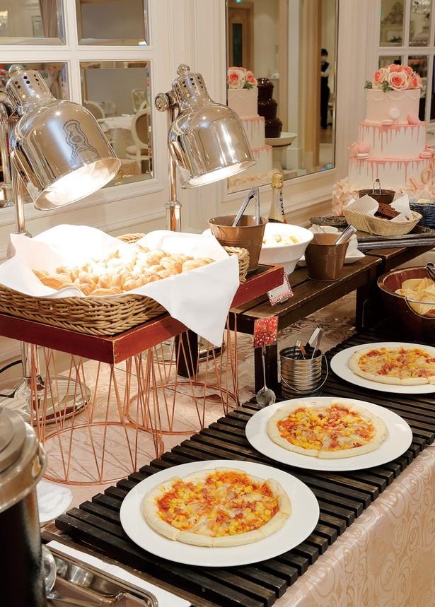 焼きたてのクロワッサンやピザ、とうもろこしのスープ、フライドポテトなどフードも充実