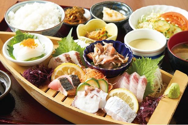 旬の桜鯛やサワラ(写真はカツオ)など7種のネタを盛る「船盛御膳」(2000円・税込) / つやざき漁港食堂 空と海