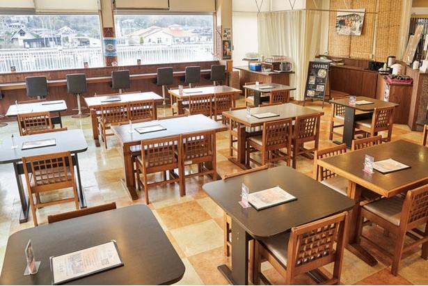 テーブル席のほか、小上がりの座敷も / つやざき漁港食堂 空と海