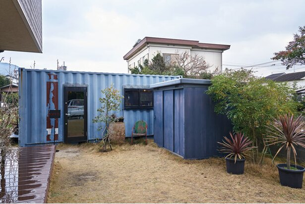 青いコンテナハウスが目印 / driedflowers shop KUSAKANMURI