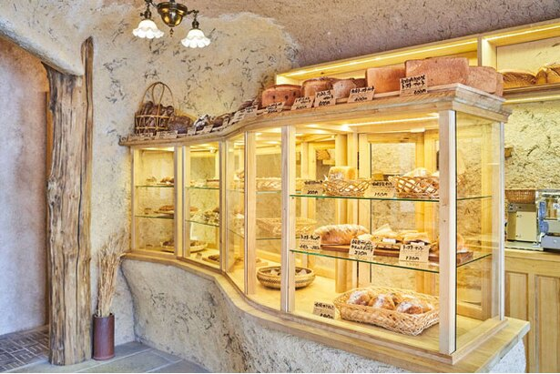 選んだパンを取ってもらう対面式販売 / bäckerei ALO