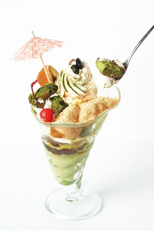 黒蜜わらびBigパフェ(860円)。粒あんや抹茶プリンなどが入る / Cafe&Lunch Smile