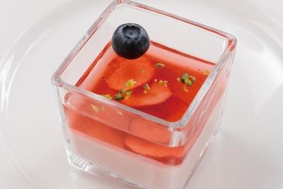 「苺のババロア」は、プルプル&なめらかな食感のババロアといちごゼリーの組み合わせ