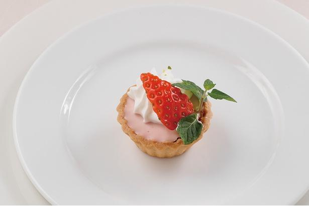「苺レアチーズタルトレット」は濃厚な味わい