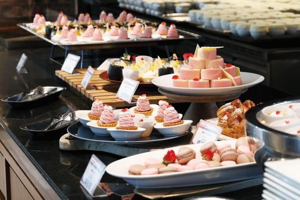 オープンキッチンで作られるケーキやタルトなどが次々とカウンターに登場。常にできたてが味わえる