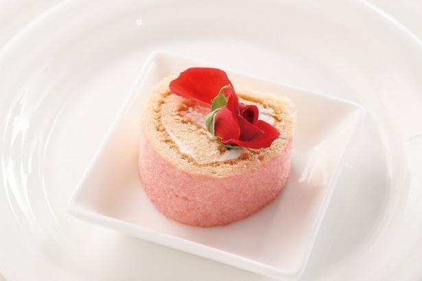 【写真を見る】最高にキュート!自家製いちごジャムを使った「苺のロールケーキ」