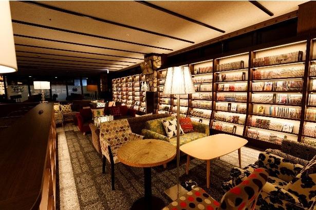 約10,000冊の雑誌やマンガ、書籍が設置されている。入浴の合間に読書休憩が可能