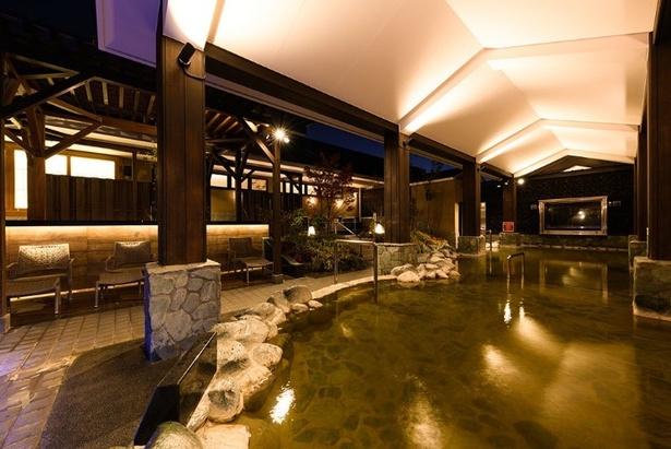 地下より湧出している豊富な天然温泉の醍醐味が楽しめる、天然石の岩風呂。雨天でも屋根付きなので楽しめる