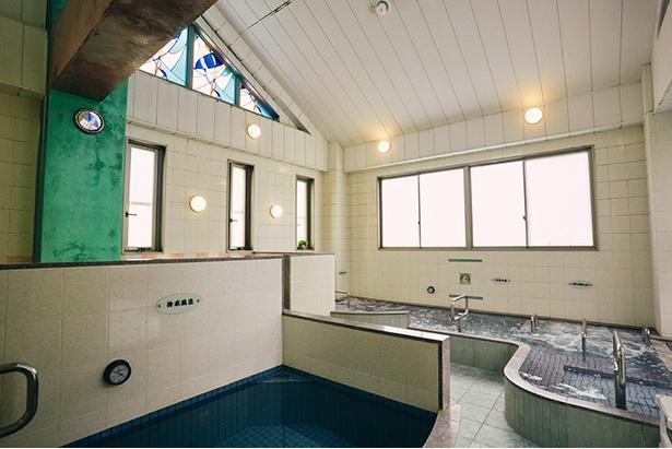 浴場内はこじんまりとしているが、三角屋根の天井が高く、開放感がある。日中はステンドグラスの窓から陽が差し込み、明るい雰囲気に