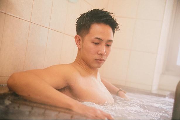 【写真を見る】練習後に撮影に応じてくれた生原選手。トレーニングで負担のかかった筋肉を気泡風呂でマッサージ。「銭湯が大好き」だそうで練習後の休息の場になっている