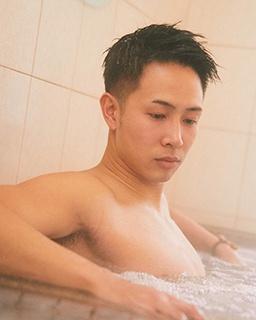 横浜ビー・コルセアーズの生原秀将が行きつけの銭湯へ。これが鍛え抜いたアスリートの筋肉だ!