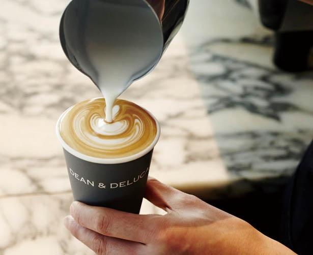 【写真を見る】バリスタがいれるカフェラテは、ひと口味わう度に香りが広がる / ディーン&デルーカ カフェ