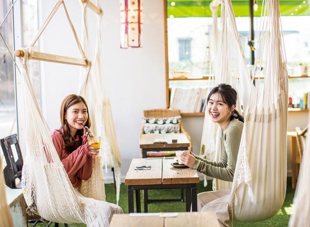 オキニコット / 店奥にあるハンモックカフェ