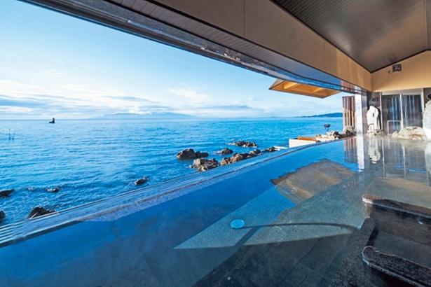 【写真を見る】180度のパノラマ絶景が広がる「天海の湯」/絶景露天風呂の宿 銀波荘