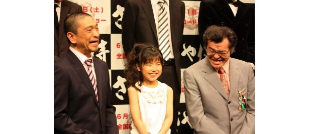 『さや侍』のプレミアにて。左から、松本人志監督、熊田聖亜、野見隆明