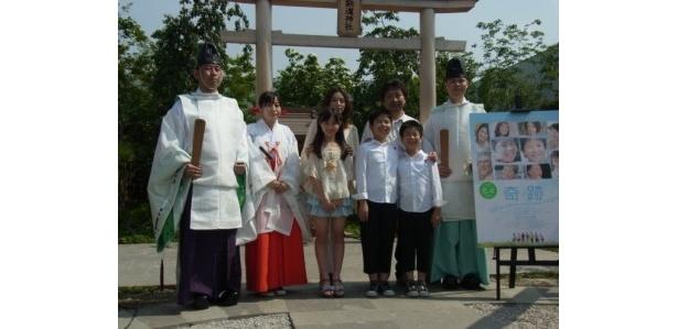 鉄道神社で『奇跡』の大ヒット祈願を行った一同
