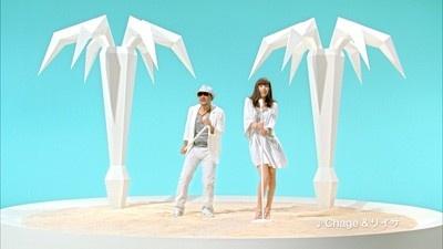 ビーチを模したステージに立つ二人