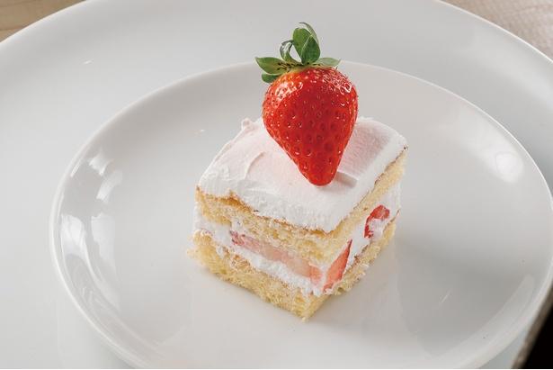 【写真を見る】「ショートケーキ」の、はみ出しそうなくらい大きなイチゴに大興奮!