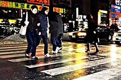 横断歩道は黒い所を選んで歩いて
