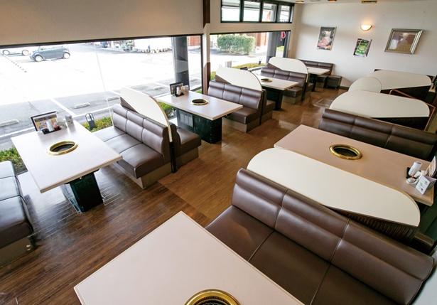 焼肉レストラン 与羅ん館 / ボックスタイプのテーブル席は、ゆっくり食事を楽しむファミリーに人気。座敷タイプもある