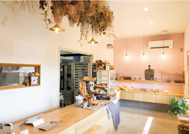 パンとヨガの店 temahima / 清潔感のある店内。鹿児島市内の人気店で修業した店主が切り盛り