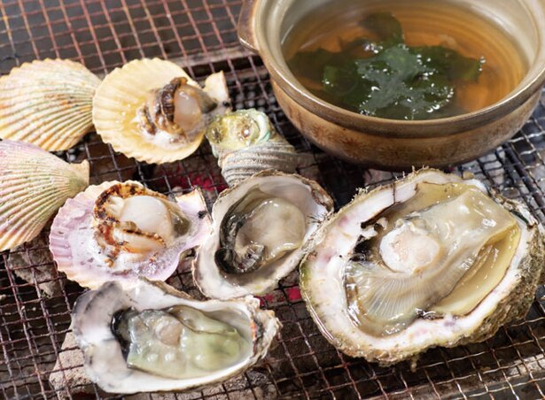 【写真を見る】三洋水産 / カキやヒオウギ貝、サザエなどが入る基本セットは1800円(税込)、ワカメしゃぶしゃぶは700円(税込)