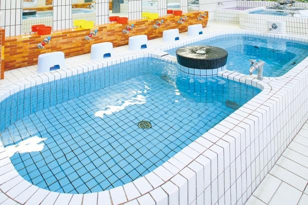 男湯は、日替わりの薬湯や電気風呂、水風呂、サウナなども用意されており、毎日通っても飽きないほどの充実度! / 平田温泉